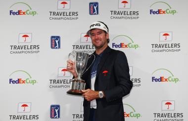 El golfista estadounidense Bubba Watson celebrando con su trofeo en el Travelers Championship.