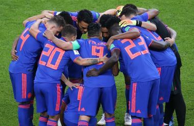 El equipo colombiano reunido en el campo antes de iniciar el juego ante Polonia.