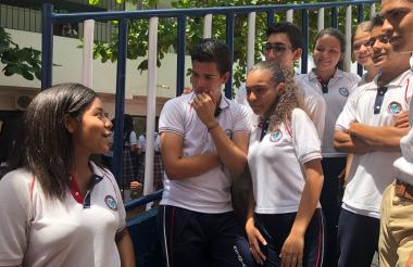 Ana Gabriela Padilla dialoga con algunos de sus compañeros de la institución educativa distrital Betania Norte