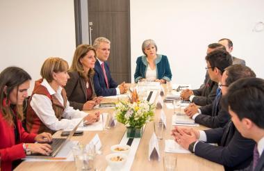 Iván Duque (al fondo izq.) acompañado de Marta L. Ramírez, Alicia Arango y la magistrada Patricia Linares (centro), en la reunión de ayer.