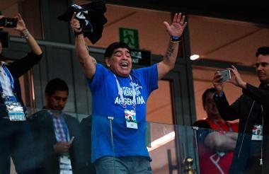 Diego Maradona celebra en el palco.