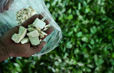 Un agricultor del Guaviare muestra la base de la pasta de coca. La foto fue tomada en septiembre de 2017.