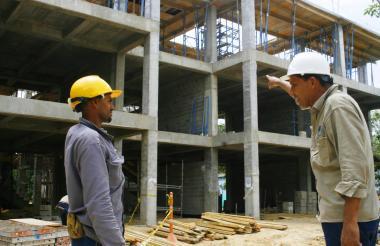 Obreros trabajando en las nuevas aulas de clases.