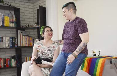 La pareja Leonor Villaveces y Lorenzo Elejalde dialogan en su casa ubicada en el barrio Paraíso.