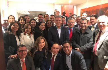 El presidente electo, Iván Duque, en la reciente reunión el jefe del Partido Liberal, César Gaviria, así como con senadores y representantes de la colectividad.