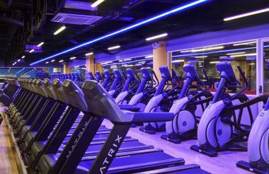 Interior de una de las sedes del gimnasio Smart Fit en Colombia.