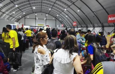 Muchos pasajeros hacen fila en los counters de la aerolínea Avianca durante la mañana de este jueves.