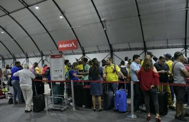 Decenas de usuarios esperan ser atendidos en la zona de check in, en el Ernesto Cortissoz.
