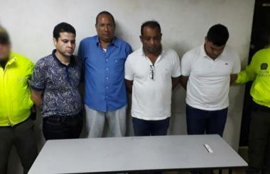 Los cuatro capturados en la foto de reseña policial.
