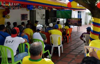 Un grupo de aficionados observa el juego entre Colombia y Senegal.