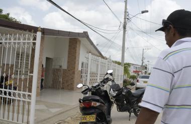 Fernando Colón, amigo del fallecido, llega a su residencia en Sabanalarga.