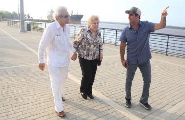 Los padres de Shakira, William y Nidia, durante el recorrido que hicieron por el Gran Malecón del Río en compañía del alcalde de Barranquilla.