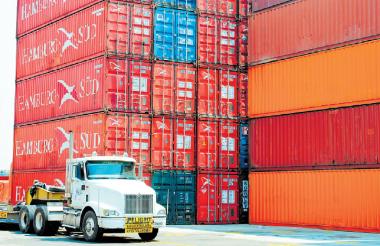 Camión ingresando a la zona de contenedores del Puerto de Cartagena.