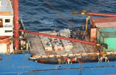 Autoridades revisan un alijo de droga que es descubierta en una embarcación.
