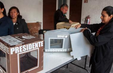Personal de jurado instalando una mesa de votación.