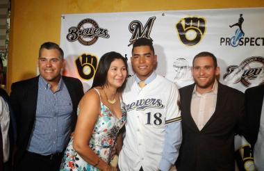 Branlyn Jaraba junto a José Barraza y Luis Pérez, ambos de Cerveceros; Marybel Lorduy, madre; Mark Grouman y Senen Jaraba, padre.