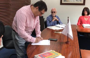 El nuevo rector de la Universidad del Norte, Adolfo Meisel, firmando el acta de posesión.