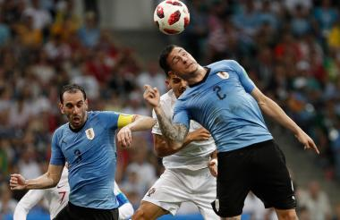 Lso uruguayos Godín (3) y Giménez ante Portugal.