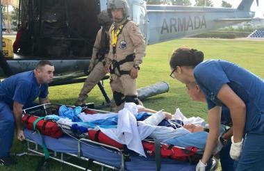 Momento en que el ciudadano ruso es bajado del helicóptero y trasladado a una clínica.