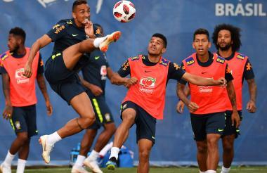 Danilo golpea el balón durante un entrenamiento.