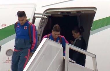 Radamel Falcao García y Juan Fernando Quintero bajándose del avión que trajo a la Selección Colombia.