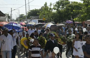 Familiares y amigos acompañan el cortejo fúnebre del líder social Luis Barrios en Palmar de Varela.