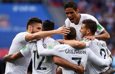 Jugadores franceses celebran el tanto de Griezmann.