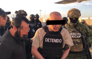 Dámaso López, fuertemente escoltado, cuando era trasladado a la aeronave que lo condujo a Estados Unidos.