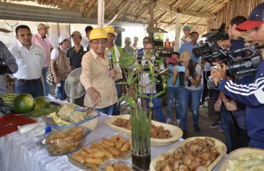 Davelis Borja tesorera de Apacambi presentó los productos que realiza la asociación en Sucre.