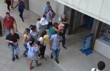 Los estudiantes a la entrada de las audiencias en Santa Marta.