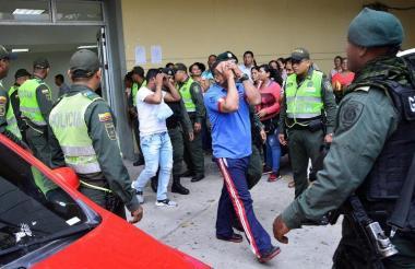 Los detenidos a su salida del Centro de Servicios Judiciales.