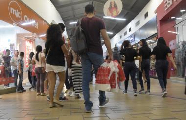 Compradores en un centro comercial de Barranquilla durante una de las jornadas de promociones realizadas en la ciudad.