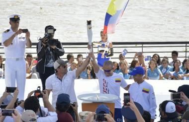 El alcalde Alejandro Char, recibe la antorcha de los Juegos Centroamericanos y del Caribe Barranquilla 2018.