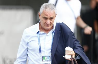 El técnico Tite saliendo de la concentración de Brasil.