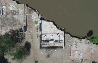 Toma aérea del corregimiento Tacamocho en el municipio de Córdoba Tetón, Bolívar, donde el río Magdalena se ha tragado al pueblo.