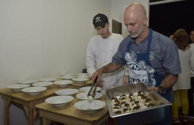 El chef Alex Quessep comparte con sus comensales la historia inmigrante de la cocina caribe en la Galería del Mar en Puerto Colombia.