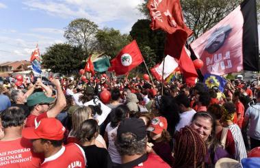 Seguidores del expresidente Lula da Silva salieron a las calles de la ciudad brasilera de Curitiba a festejar la orden de libertad.