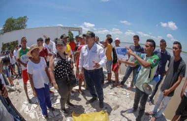 Dumek Turbay, gobernador de Bolívar, en una visita realizada el pasado jueves al pueblo.