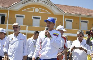 El delantero Carlos Bacca le habla al municipio de Puerto Colombia durante el recibimiento del fuego en los Juegos Centroamericanos y del Caribe.