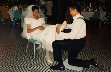 Barack Obama junto a su esposa Michelle Obama durante su fiesta de matrimonio.