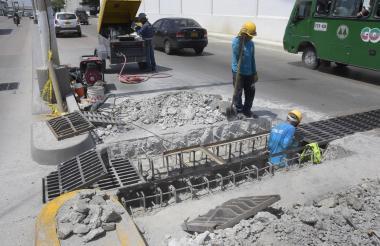 Los trabajadores de A Construir repusieron las rejillas y repararon el pavimento.
