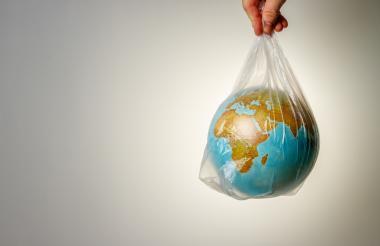 Imagen de la tierra dentro de una bolsa de plástico.