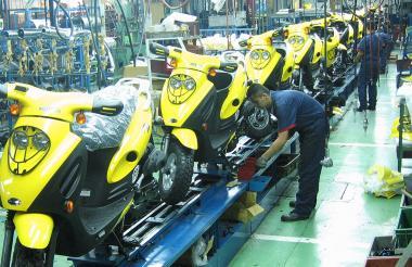 Línea de ensamblaje de motocicletas en una fábrica.