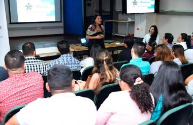 Jacqueline Rojas conversa con emprendedores.