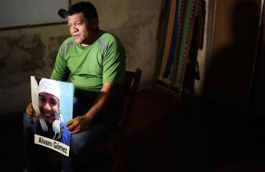 Álvaro Gómez muestra retrato de su hijo asesinado.
