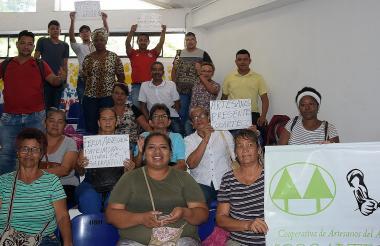 Artesanos protestaron con carteles en el Concejo.
