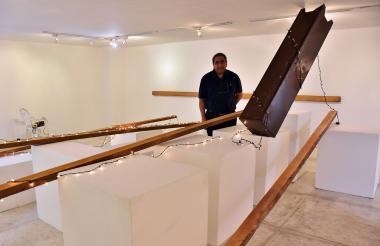 """El artista visual Danilo Dueñas junto a su """"invasión"""" en el Museo de Arte Moderno de Barranquilla."""