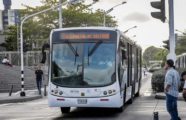 Un bus articulado del sistema en circulación.