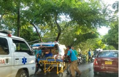 Motorizados quedaron atrapados por las pesadas ramas, hasta ser rescatados por familiares.