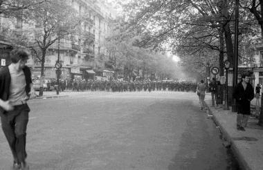 Un parisino corre tras ver las disputas del 68.